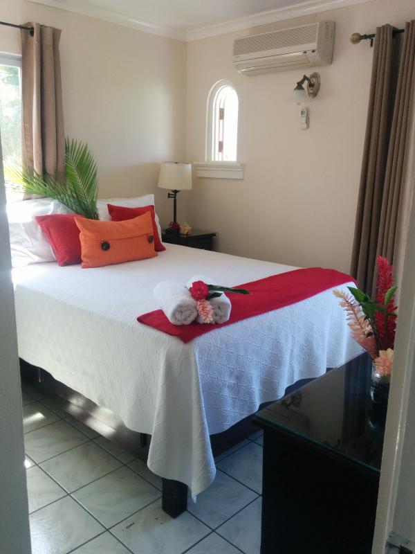 Hide Away in Paradise, Queen bed - Hide Away in Paradise, Ocean view on the beach - Negril - rentals