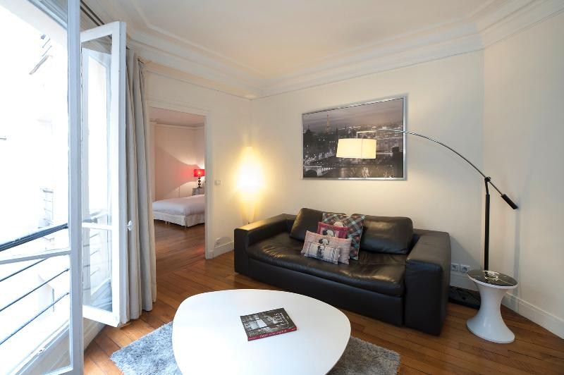 The living room - Tranquil One Bedroom on Rue du Louvre - Paris - rentals