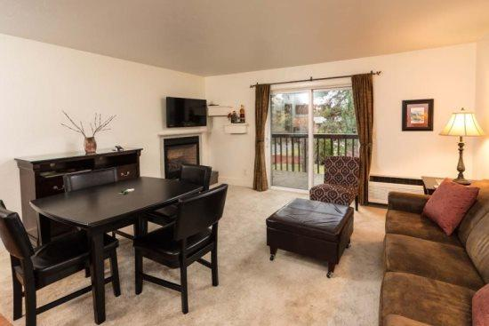 Comfortable living room with queen pull out sofa bed, gas fireplace, large TV with ROKU, private balcony - Downtown Bend Condo, Walk Along the River, Peaceful and Beautiful - Bend - rentals