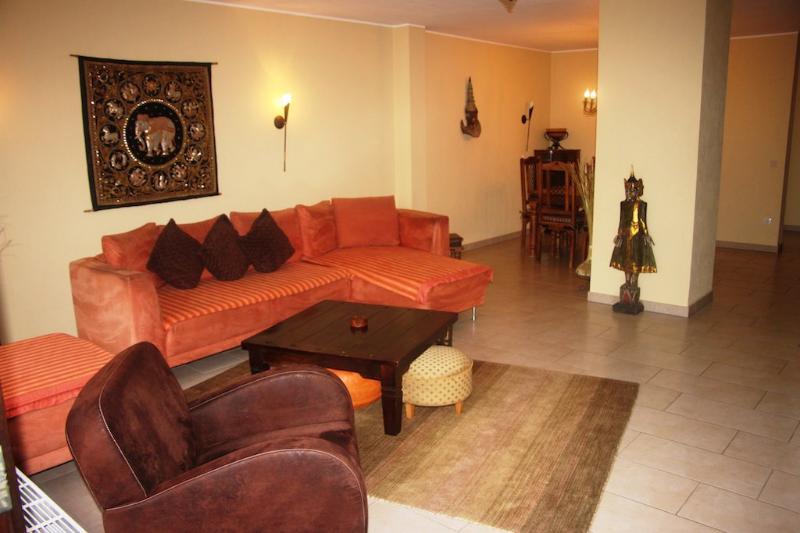 Living Room (1) - Vacation Home in Königswinter - 1259 sqft, spacious, stylish, modern (# 1695) - Königswinter - rentals