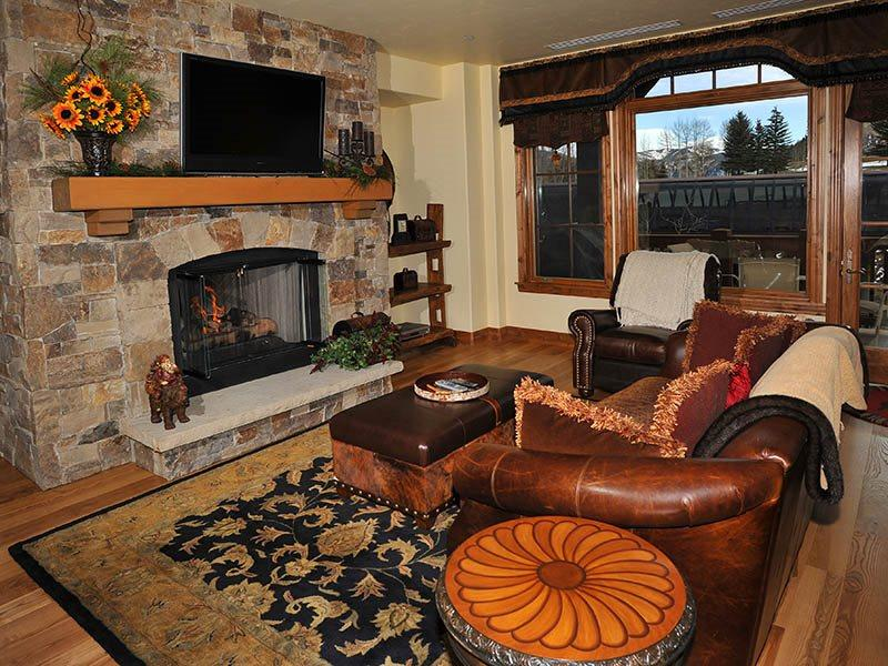 Living Room - Enjoy your vacation in this spacious Ski-In Ski-Out condo rental at Beaver Creek Landing. Golf at nearby Beaver Creek Golf Club, too. - Vail - rentals