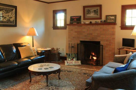 Cozy living room with wood burning fireplace - Beautiful Sisters vacation home, downtown location - Sisters - rentals