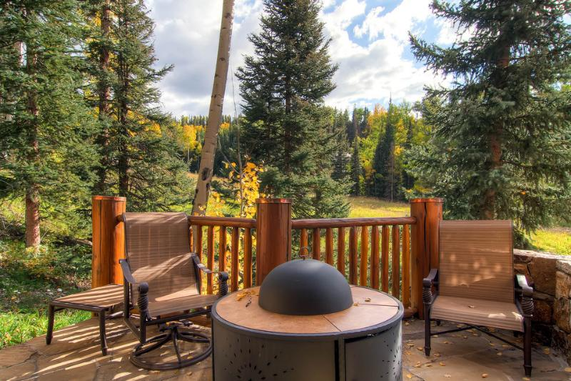 Hang out and tell stories to the warmth of the fire pit on the deck. - A true 24 karat home - Ski in/out, private hot tub - Golden Antler Lodge - Mountain Village - rentals