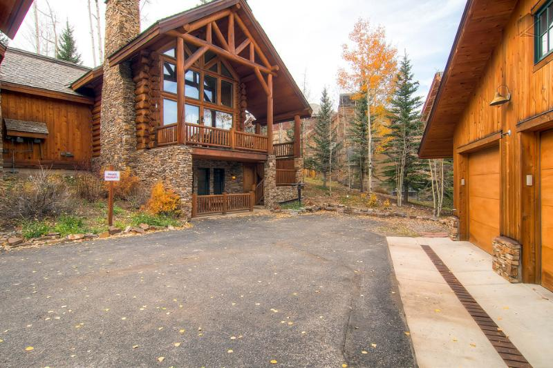 Wild Cat Lair feels like a log cabin in the woods - with great ski access near the core. - The Hall of the Mountain King - Private hot tub and balcony - Wild Cat Lair - Mountain Village - rentals