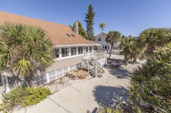 Back porch and BBQ area - Beach Chalet - Spacious Beachfront home with Amazing Gulf views perfect for Family Reunions -  Beach Chalet - Fort Myers Beach - rentals