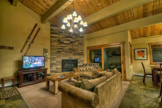 Spacious Living Area with Dramatic Vaulted Ceilings, Gas Fireplace, Comfortable Couches - Phoenix 106 - Steamboat Springs - rentals