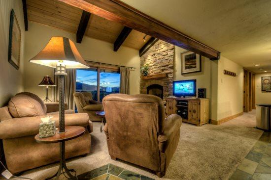 Open Living Area, Vaulted Ceilings, Flat Screen TV, Gas Fireplace, Balcony - Rockies 2237 - Steamboat Springs - rentals