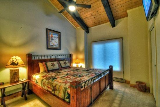 Large Master Bedroom With King Bed and Flat Screen TV, Vaulted Ceilings, Private Bathroom - Rockies 2339 - Steamboat Springs - rentals