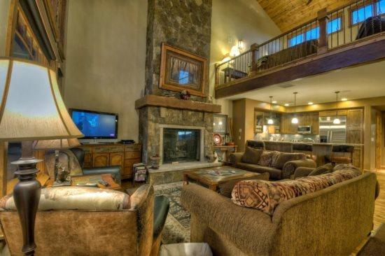 Living Area  With Dramatic Vaulted Ceilings, Gas Fireplace, Flat Screen TV - Cimarron Chalet 16 - Steamboat Springs - rentals