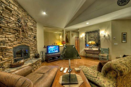 Very Large Living Area,Dramatic vaulted Ceilings, gas Fireplace , Large Flat Screen TV, Open To Kitchen and Dining Area - La Kenda Chalet - Steamboat Springs - rentals