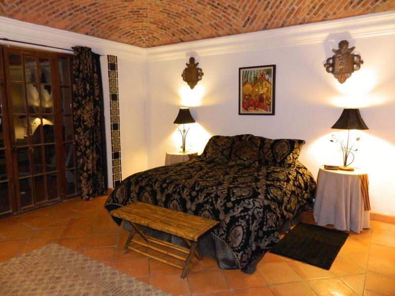 Master bedroom with queen bed, brick boveda ceiling - Beautiful Colonial, Peaceful and Elegant - San Miguel de Allende - rentals