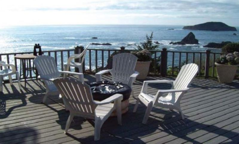 large deck with propane fire pit. breath taking views of the pacific! - Romantic beachfront getaway - Brookings - rentals