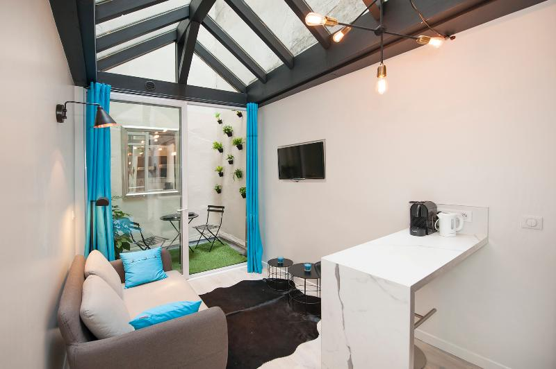 Living room and dining area - Superb 1BD with mezzanine, A/C Little outside area - Paris - rentals