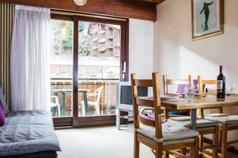 Open plan lounge, dining, kitchen leading to balcony - Chicane - 1 bedroom apartment in Morzine - Morzine-Avoriaz - rentals