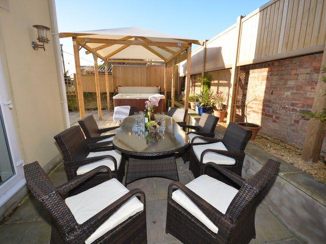 Stunning enclosed outdoor area with private hot tub - KINGH - Hockwold cum Wilton - rentals