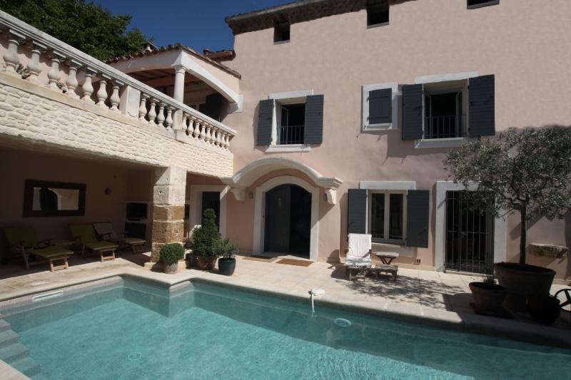 La Saga pool, courtyard and sun terrace - La Saga - Beautifully Converted 18th C. Barn - 6 B - Pernes-les-Fontaines - rentals
