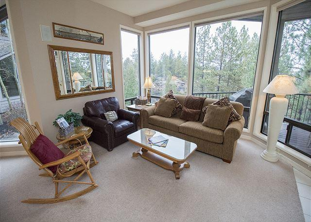 Relax on the comfortable couch and chairs - Private Hot Tub on deck in the Woods. Sleeps 4 ( 6 with adjoining room). - Bend - rentals