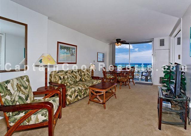 Central A/C and fan; Flat screen TV/DVD player - Ocean & yacht harbor views!  Walk to beach, shops, restaurants!  Sleeps 4. - Waikiki - rentals