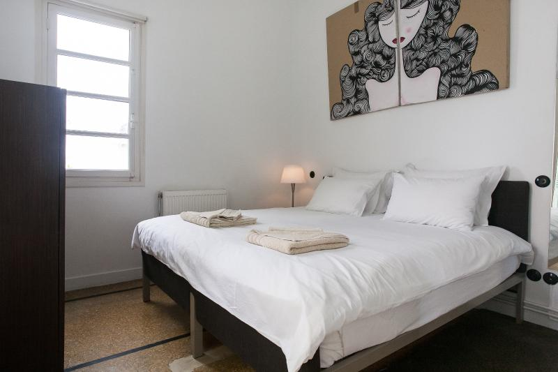 Bedroom with king size bed that can be set up as 2 singles - Boutique Apartment Walk to Acropolis Roof Garden - Athens - rentals