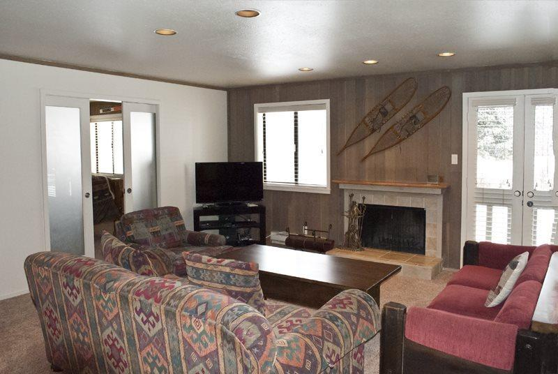 large living area with Fireplace - Cottonwood #1464- Remodeled Ground Level Condo in Desirable Sun Valley Location; - Sun Valley - rentals