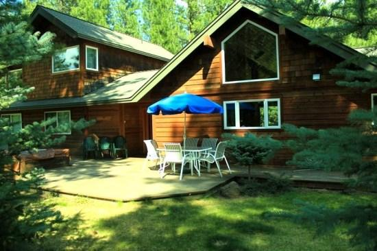 Nice backyard with table and umbrella - Pet Friendly 3 bedroom home on a private acre - Sisters - rentals