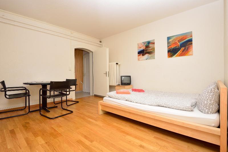 Living / sleeping room - Garden Apartment 1 - Zuriberg - Zurich - rentals