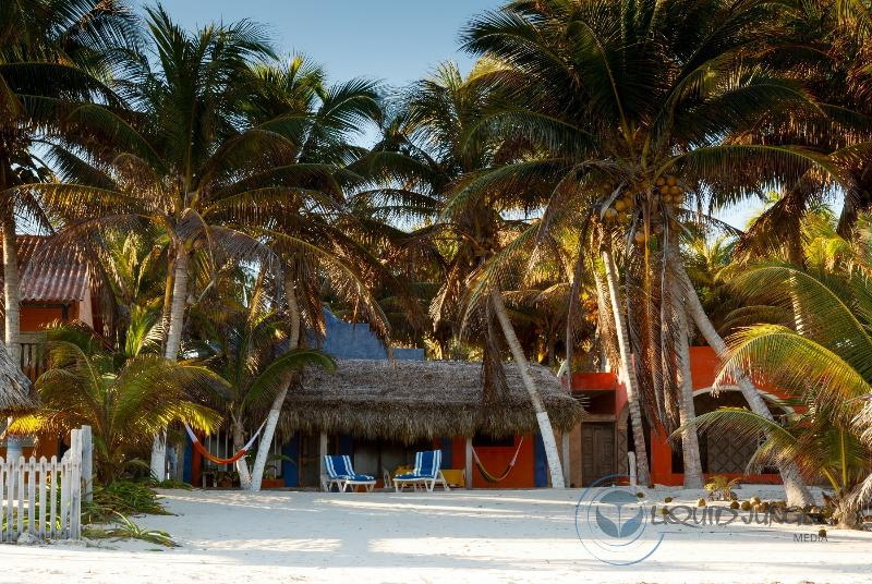 """seaside facade and private sand solarium - Beachfront. """"House chosen by turtles"""" - El Cuyo - rentals"""