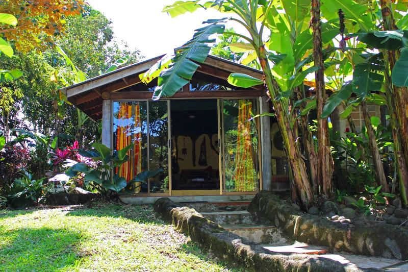 Beautiful cottage nestled away amongst the trees and flowers. - Coco Cabina Country Cottage - La Fortuna de San Carlos - rentals