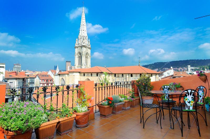 Vista de la Catedral desde la terraza - Artekale Terraza 27 m2 frente  Catedral de Bilbao - Abadino - rentals
