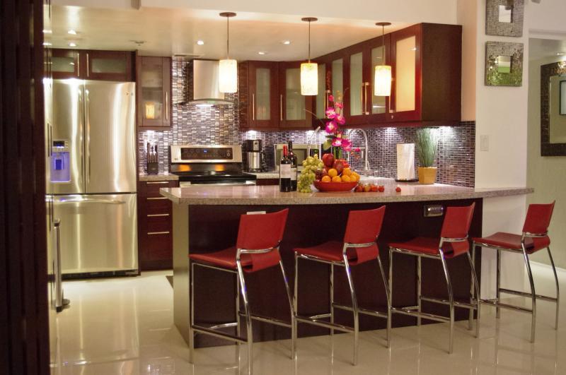 Your Lavish Kitchen & Dining Area - Posh*&*Lavish -Direct Ocean 2 Master Luxury Suites - Honolulu - rentals