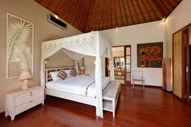 White room with king sized bed. - GORGEOUS 3 Bedroom Villa CLOSE to the BEACH - Legian - rentals