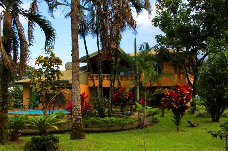 This two story home with A/C, pool and beautiful gardens is perfect for family or group getaways! - Fortuna Family House - Best Group/Family Option!! - La Fortuna de San Carlos - rentals