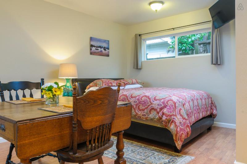 Cottage is stylish, efficient and clean. - Quiet Downtown Cottage - Walk Everywhere - Santa Cruz - rentals