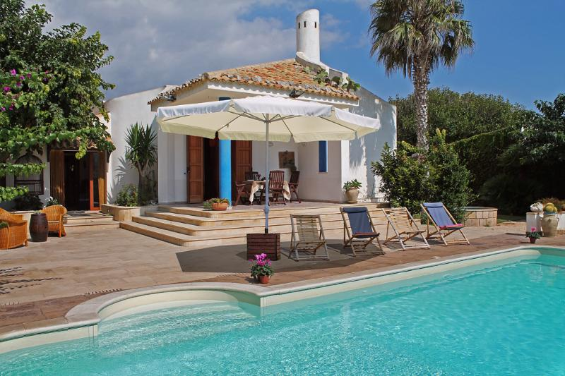 Pool and facade and palma tree - VILLA DONNA LUCATA: Stunning villa with private po - Donnalucata - rentals