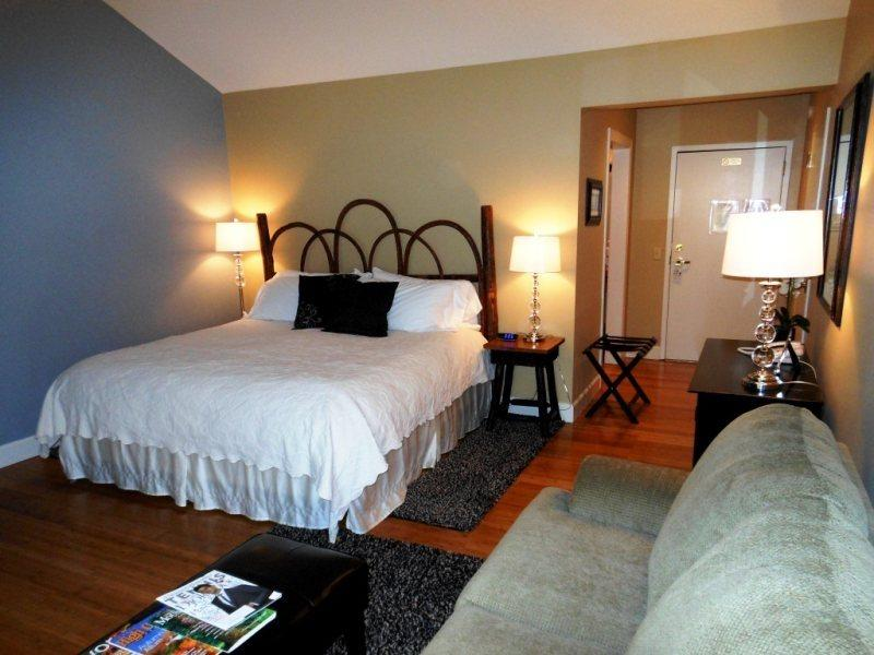 King Bed with Beautiful Linens - Yonahlossee Inn 555 - Boone - rentals