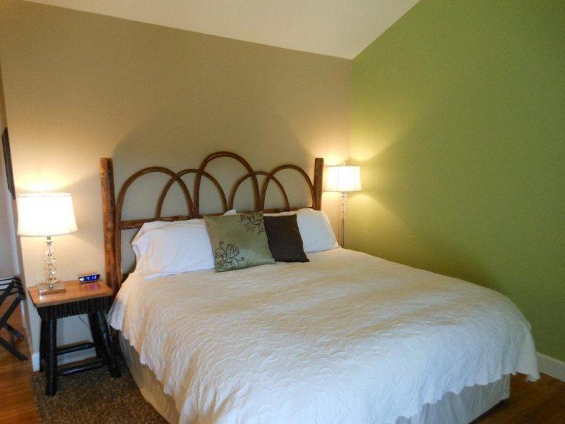 King Bed with Fine Linens - Yonahlossee Inn 556 - Blowing Rock - rentals