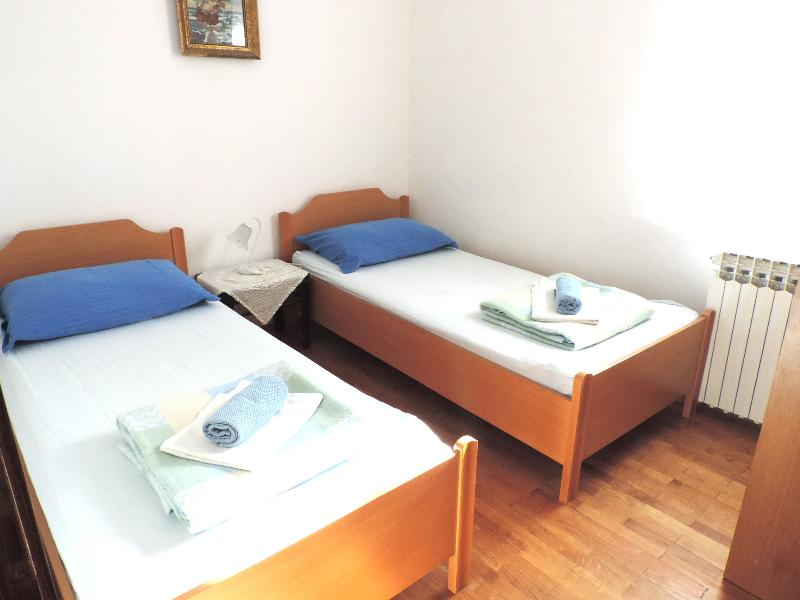 Bedroom with 2 single beds - BLUE apartment 3, balcony, wifi, 2BR 1BA - Kampor - rentals
