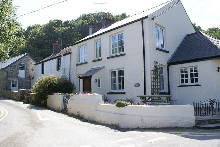 Pet Friendly Holiday Cottage - Tides Reach, Cwm yr Eglwys - Image 1 - Pembrokeshire - rentals