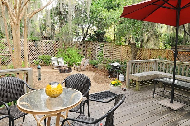 View from the kitchen door to the deck and back yard - Cozy Coastal Home, Short Walk to Downtown Beaufort - Beaufort - rentals
