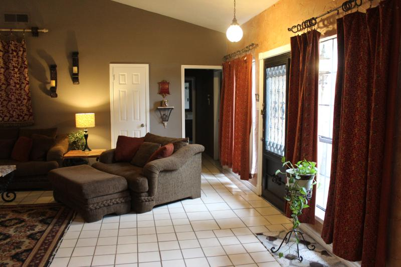 Living Room Entry Area - Easy Access to All DFW! HI Speed Wifi Internet! - Dallas - rentals