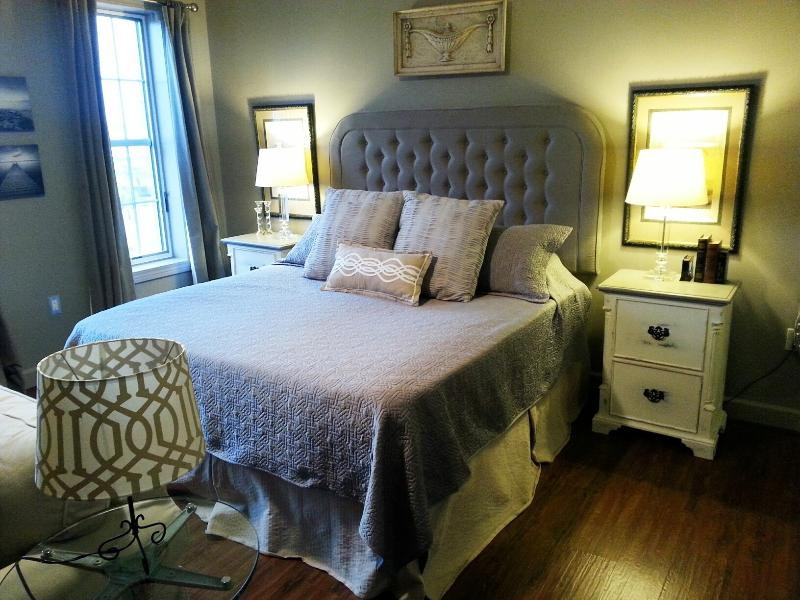 Comfortable KING SIZE bed with luxurious linens and pillows - Gulf View Top Floor -Full Size Fridge / 2 Bikes - Seacrest - rentals