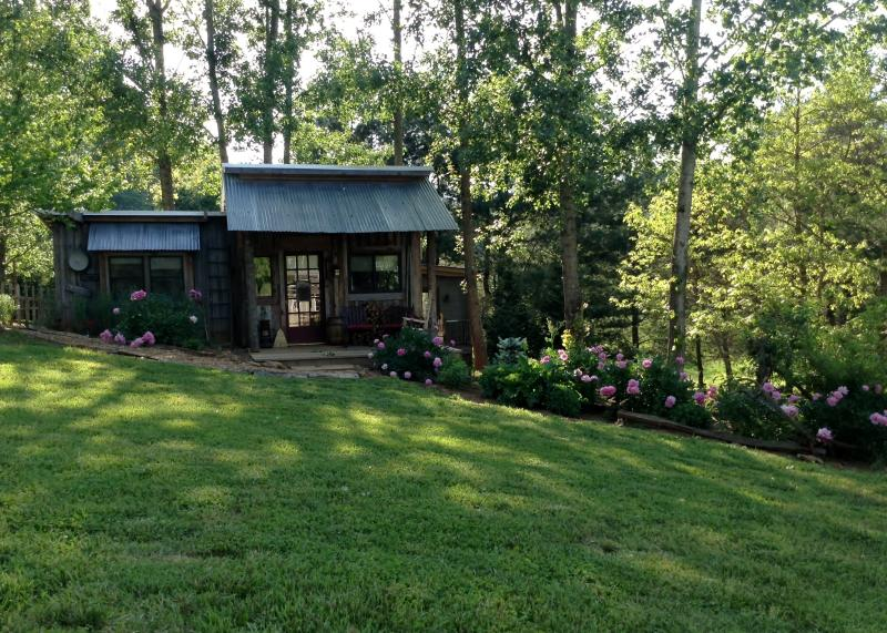 Front view, nice lawn area, relax on the porch - THE FEATHERED NEST - Franklin - rentals