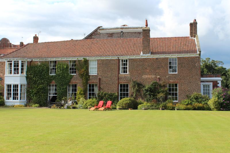 lead photo: house and front lawn - Stunning large beautiful 17th century house North - Hunmanby - rentals