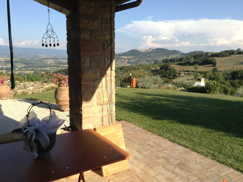 The medieval city of Todi is on constant display from the house and the pool. September specials ! - Le Bonheur - Todi among olive groves, vineyards - Todi - rentals