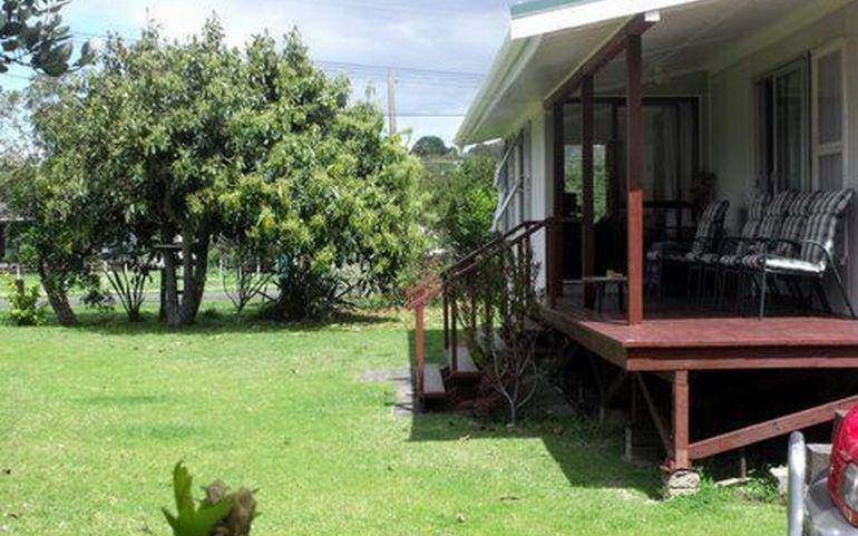 Deck and garden at Kiwi Classic, Matapouri Holiday Home - Kiwi Classic - Matapouri - rentals