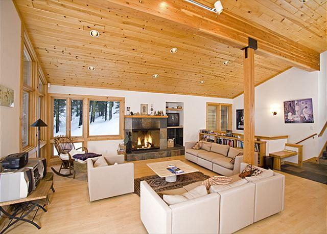 Living Room - Bear Creek Retreat - Large Pet-Friendly 4 BR - 50% off your 3rd nt thru Oct - Alpine Meadows - rentals