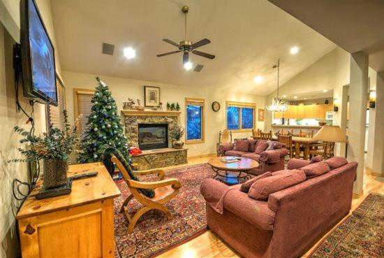 Large Living Area With Vaulted Ceilings, Gas Fireplace - Wynterwade Chalet - Steamboat Springs - rentals