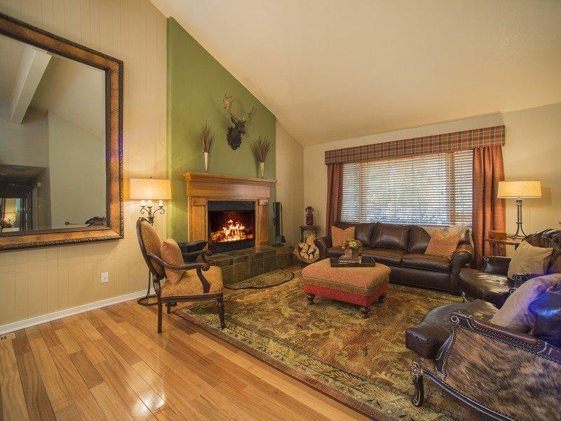 Living room and kitchen - Lazy K Mountain Home - Immaculately decorated, private hot tub, close to free shuttle! - Keystone - rentals