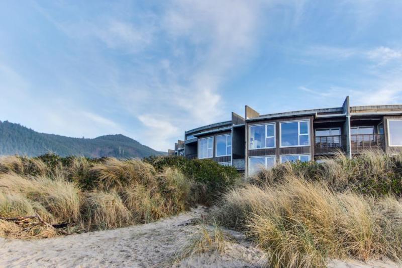Oceanfront, pet-friendly condo with fantastic ocean views - Image 1 - Rockaway Beach - rentals