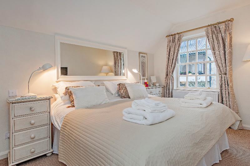 Gorgeous master bedroom 1200 pocket sprung beds - The Old Smithy Loft,  Bath City Centre - Bath - rentals